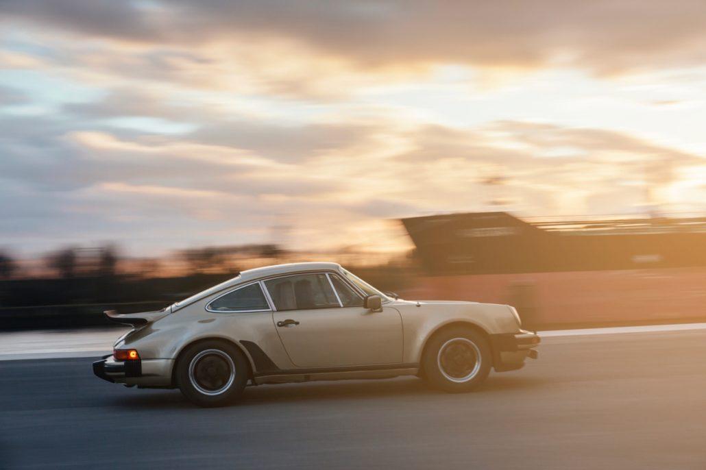Die brachiale Beschleunigung beim Porsche 930 setzt erst ein, wenn der Turbolader aktiv wird