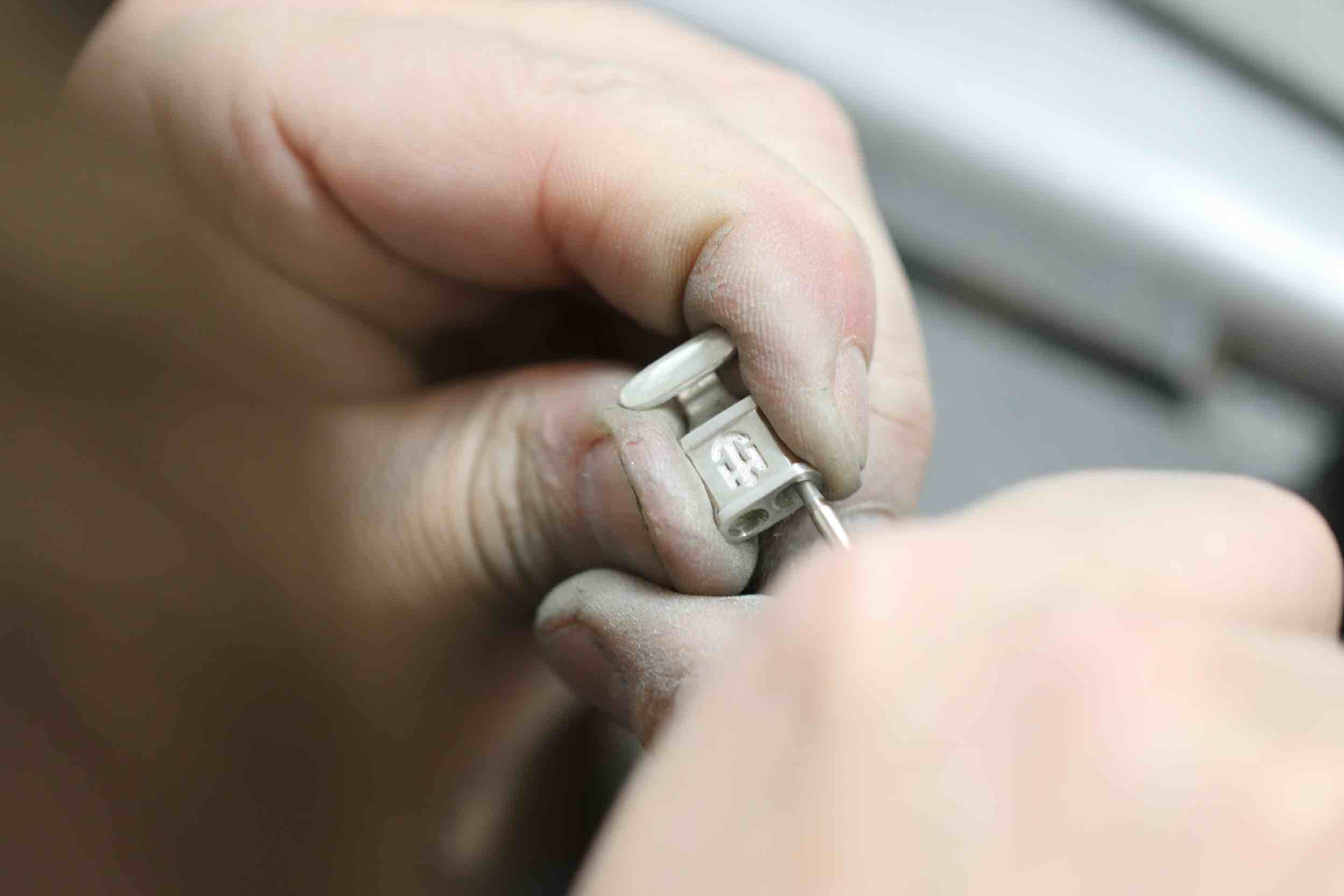 Handarbeit an einem Harbourd Armband durch den Goldschmied aus Hamburg